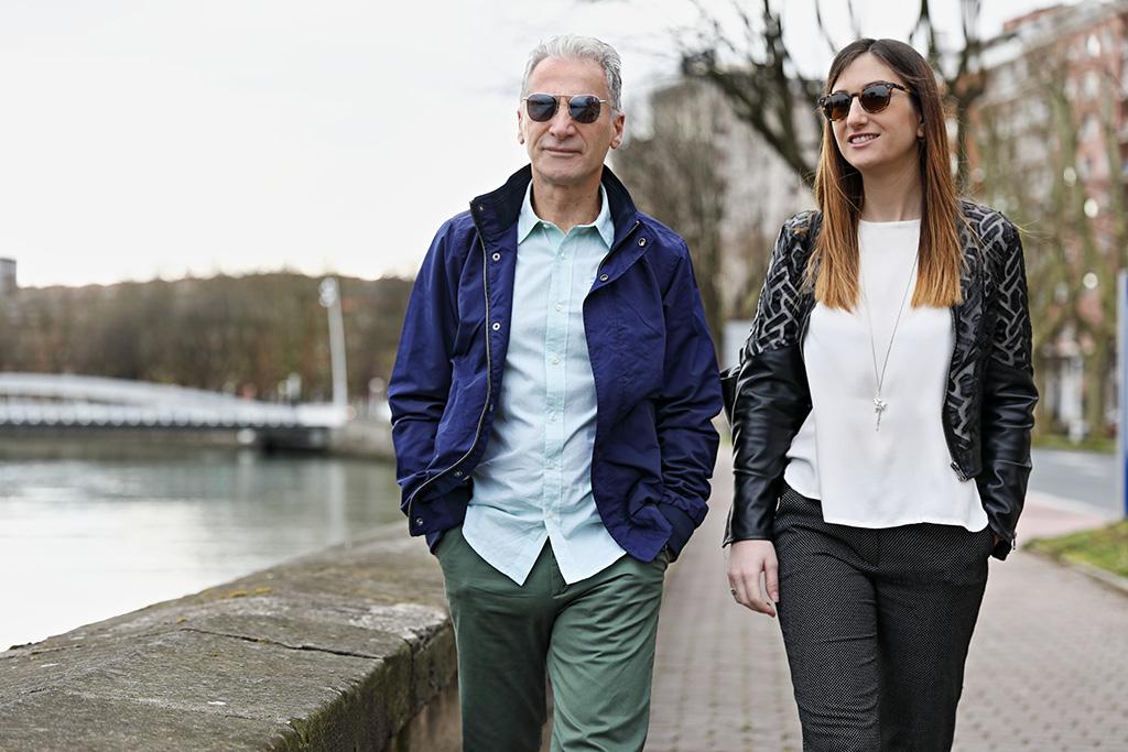 Arturo Isturitz y su hija Carla posan para Muselines con prendas de cabo Rojo y gafas de la óptica Zinkunegi.