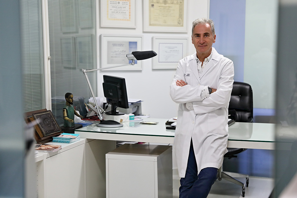 Arturo Isturitz posa dentro de su clínica para Muselines con prendas de cabo Rojo.