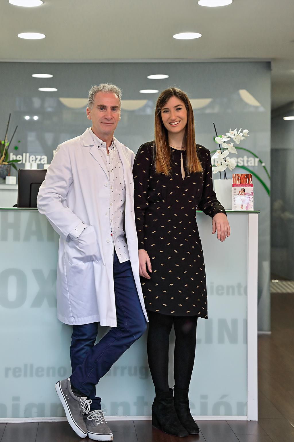 Arturo Isturitz y su hija Carla posan dentro de su clínica para Muselines con prendas de cabo Rojo.