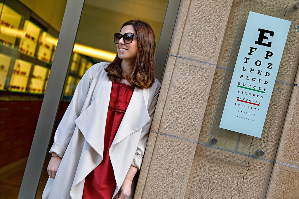 Maddi Zinkunegi posando para Muselines con prendas de Sketch Concept, Ainhoa Etxeberria y gafas de la óptica Zinkunegi.
