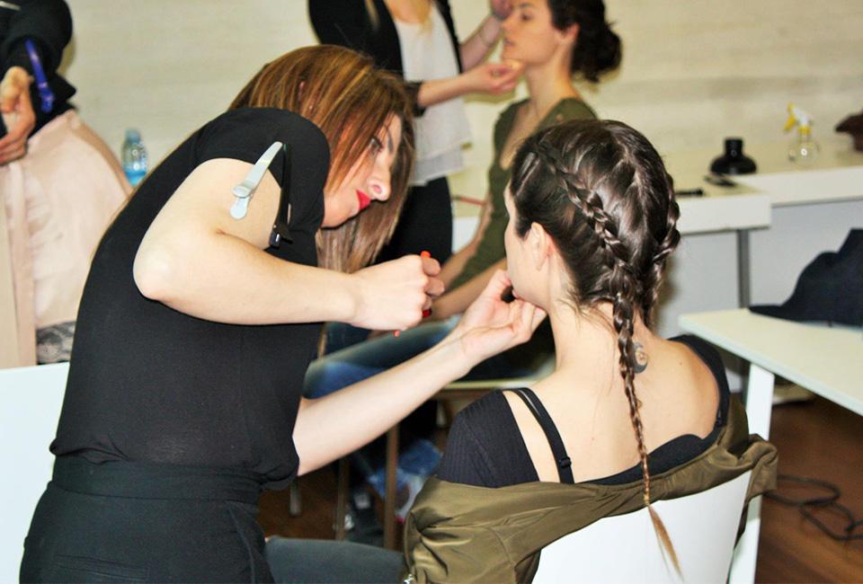 MARTA G ESTILISMO maquillando a una modelo.