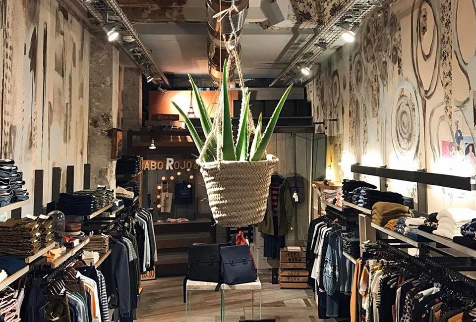 Interior de la tienda cabo Rojo en Donostia