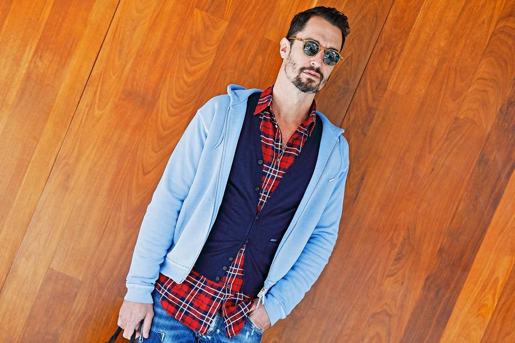Tristán López de Montenegro posando para Muselines con prendas de Auzmendi y gafas de Óptica Zurriola.
