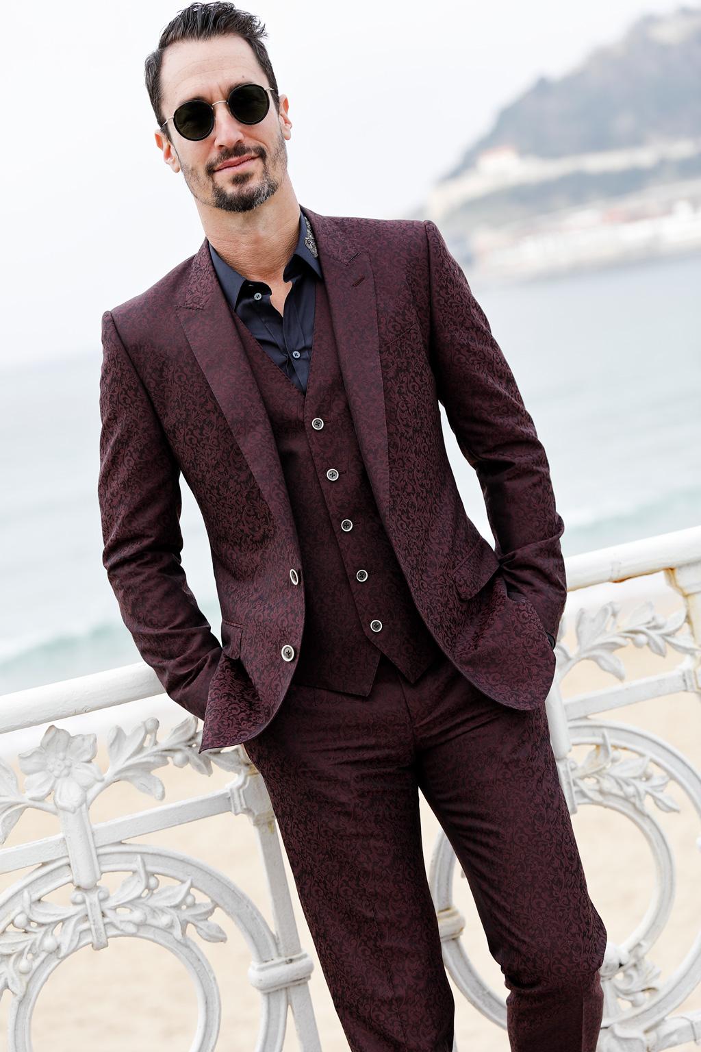 Tristán López de Montenegro posando para Muselines con prendas de Auzmendi y gafas de Óptica Zurrriola