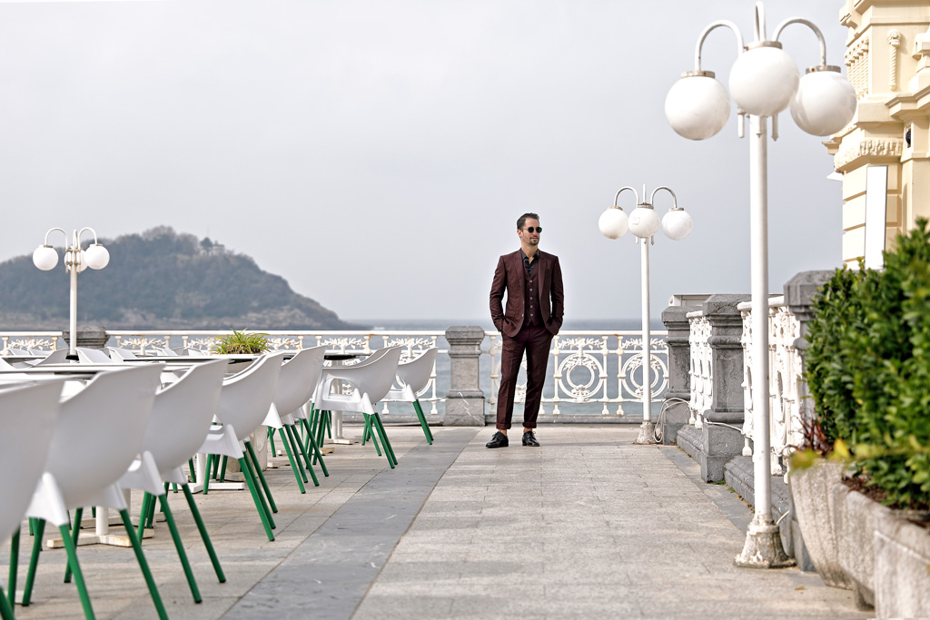 Tristán López de Montenegro posando para Muselines con prendas de Auzmendi y gafas de Óptica Zurriola