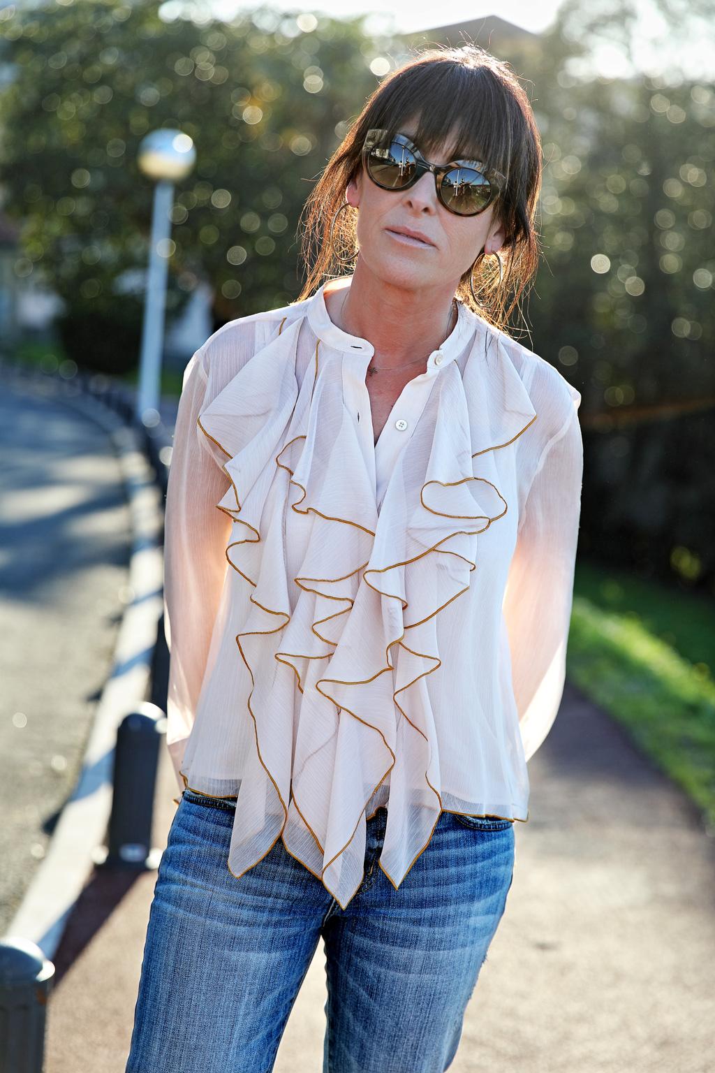 Elena Trocaola posando para Muselines con prendas de Berriz y gafas de Zinkunegi Optika.