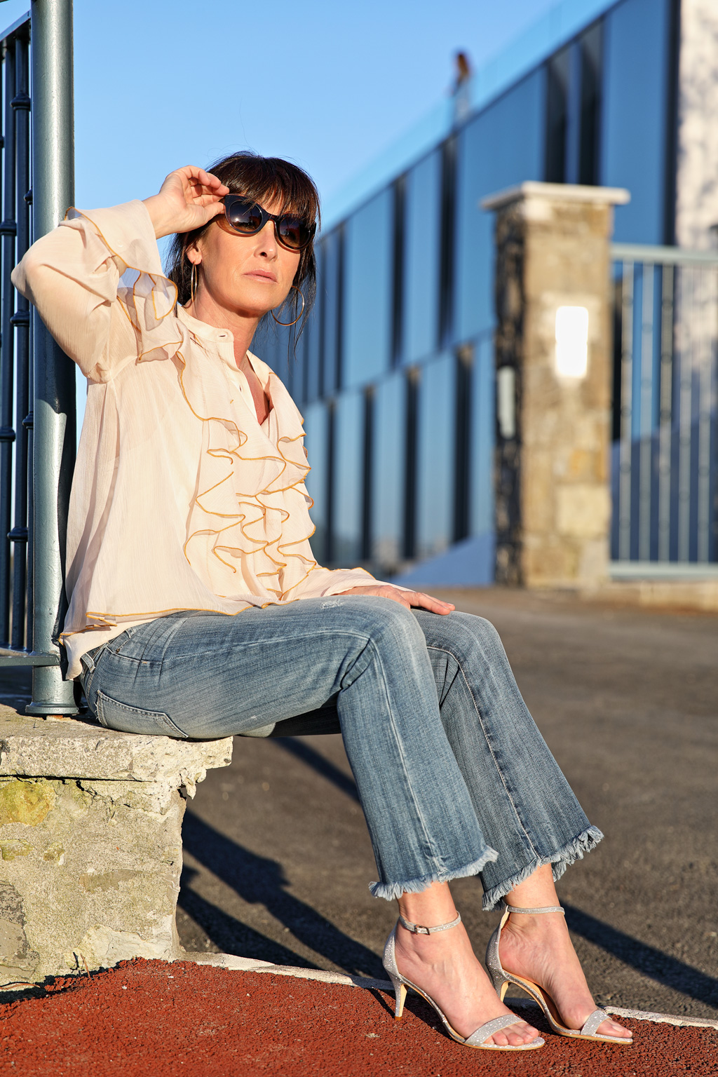 Elena Trocaola posando para Muselines con prendas de Berriz, sandalias de Ainhoa Etxeberria y gafas de Zinkunegi Optika.