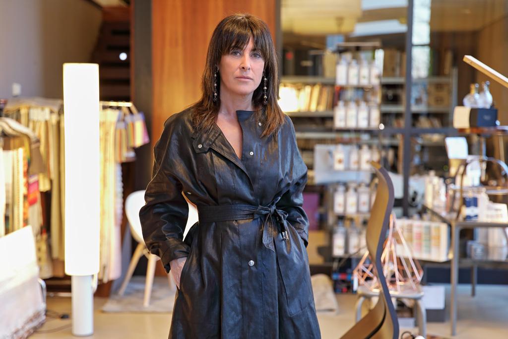 Elena Trocaola posando para Muselines en el interior de su estudio con prendas de Berriz.