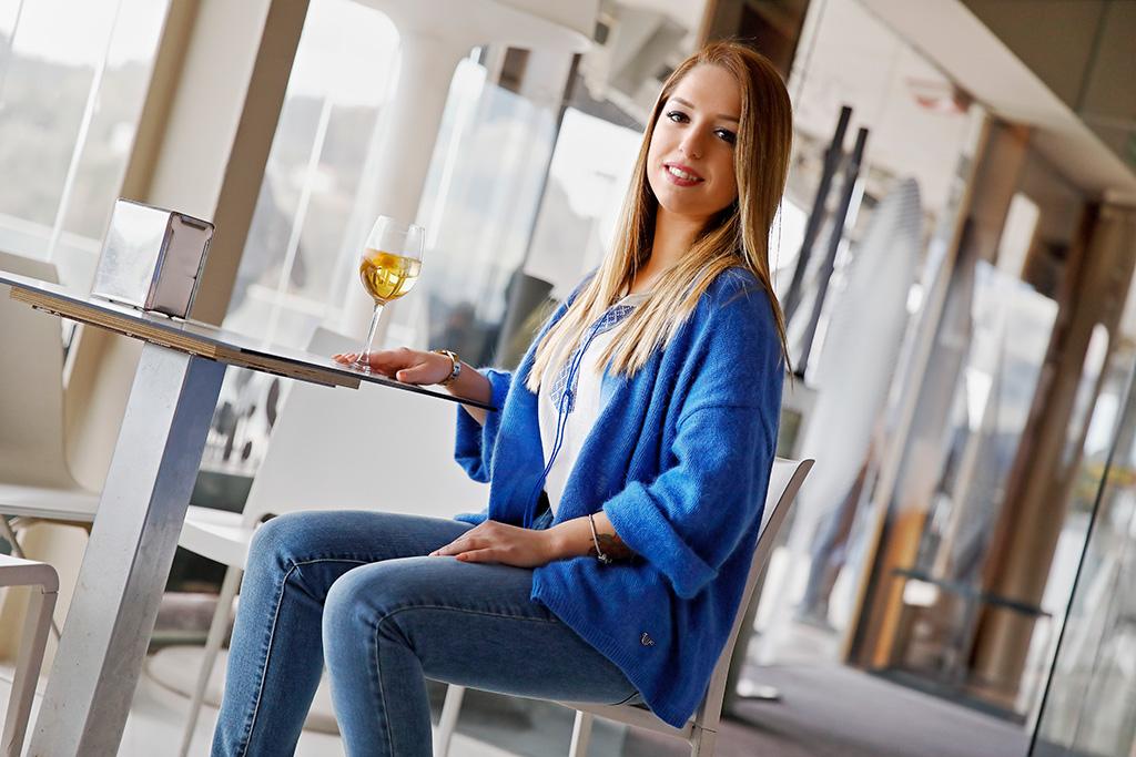 Ane Arrieta posando para Muselines con prendas de El Hangar de Sophie.
