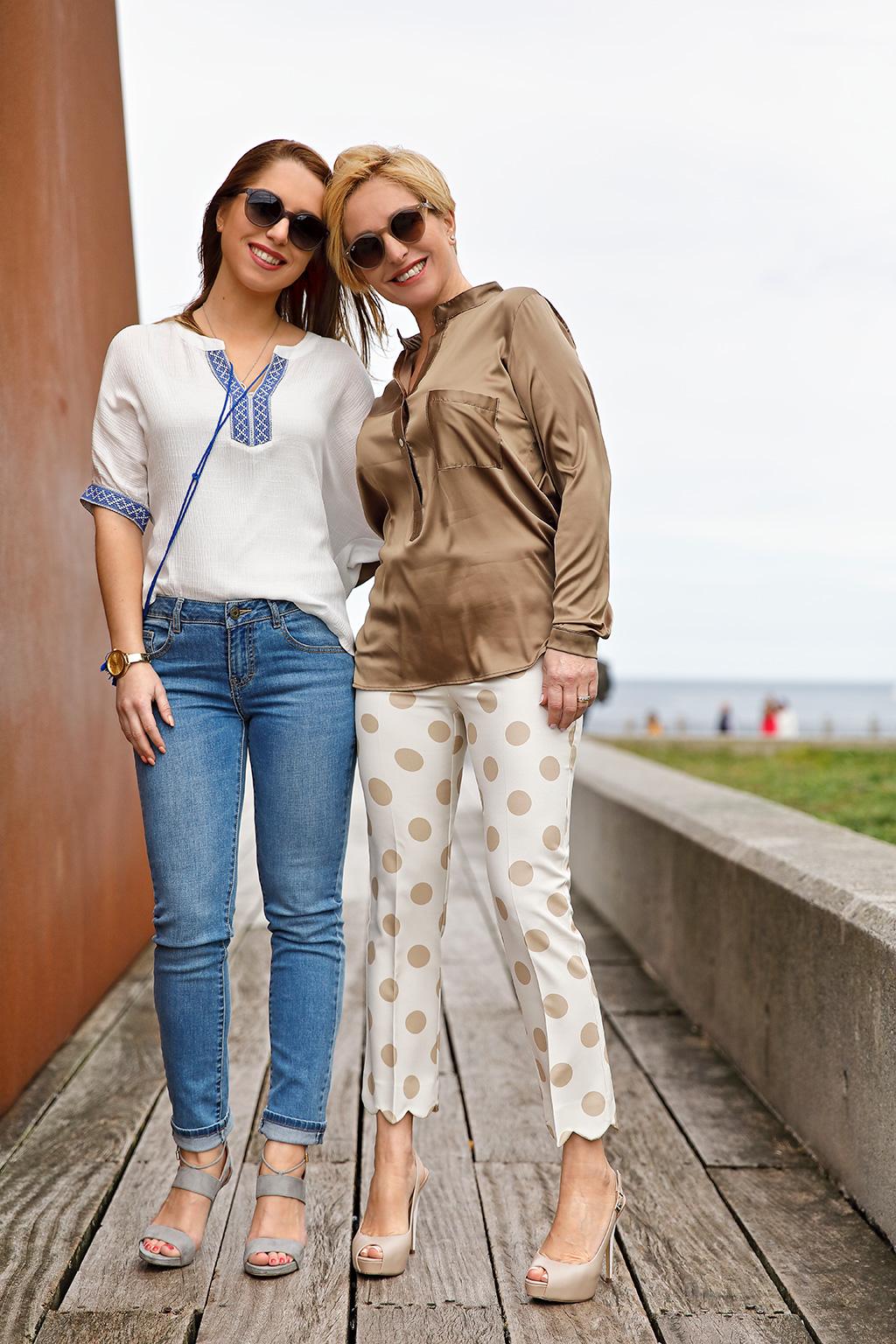 Eugenia Arrieta y Ane Arrieta posando para Muselines con prendas de Lali Badiola, El Hangar de Sophie y gafas de Minzu Óptica. Maquillaje y peluquería por Marta G estilismo.