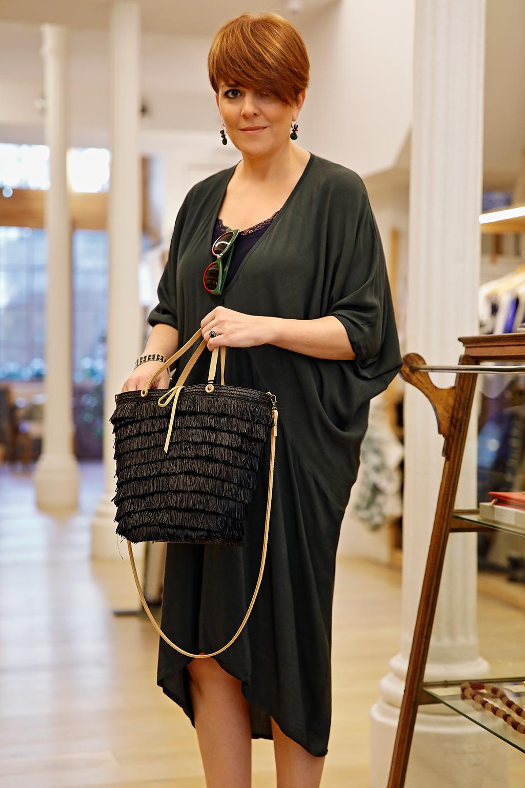 Mónica López, Farmacia Plaza Guipúzcoa, posando para Muselines con prendas de AUKA, calzado de Ainhoa Etxeberria y gafas de Óptica Zurriola.