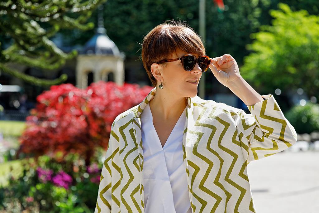 Mónica López de Farmacia Plaza Guipúzcoa, posando para Muselines con prendas de AUKA y gafas de Óptica Zurriola.