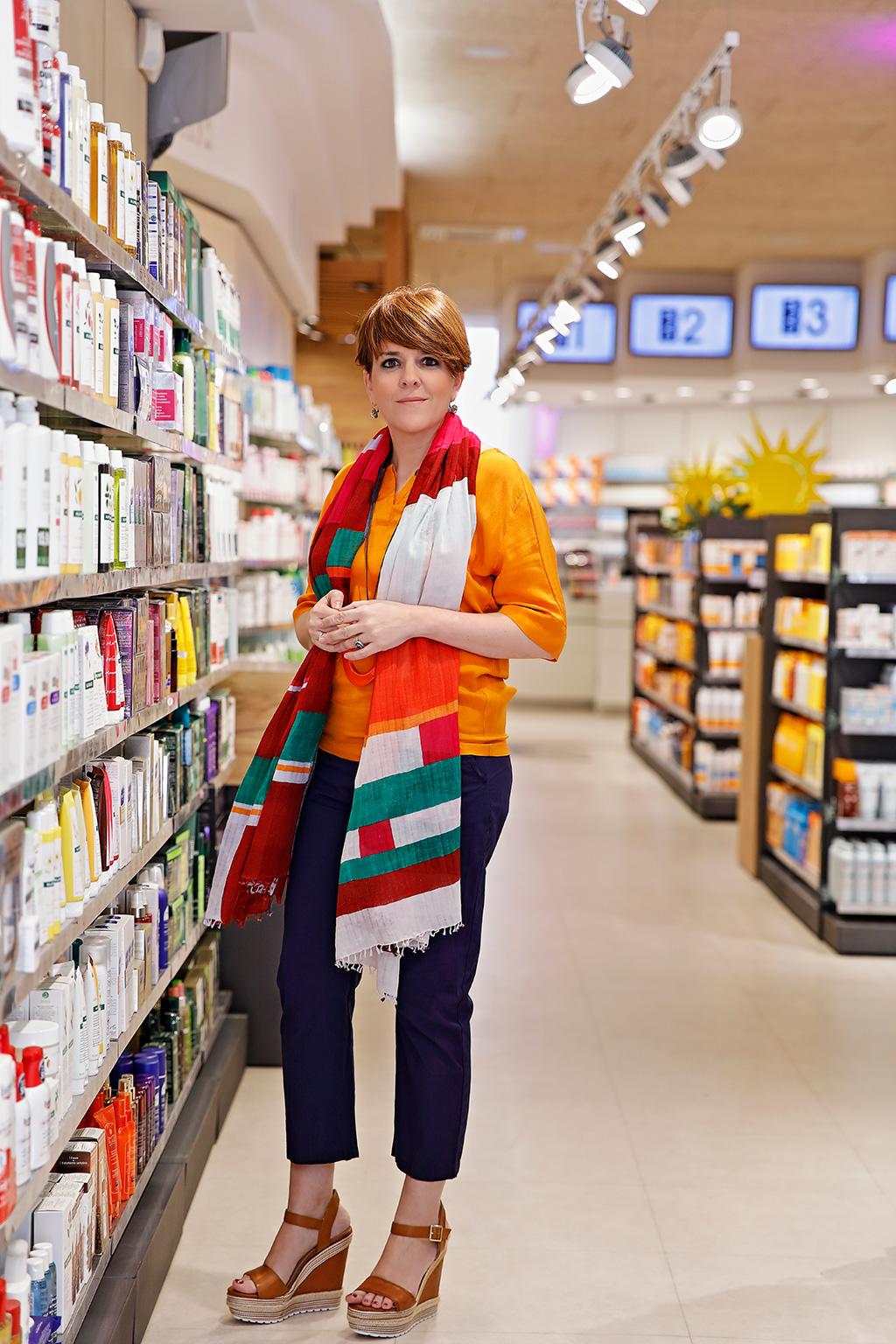 Mónica López de Farmacia Plaza Guipúzcoa, posando para Muselines con prendas de AUKA y calzado de Ainhoa Etxeberria.