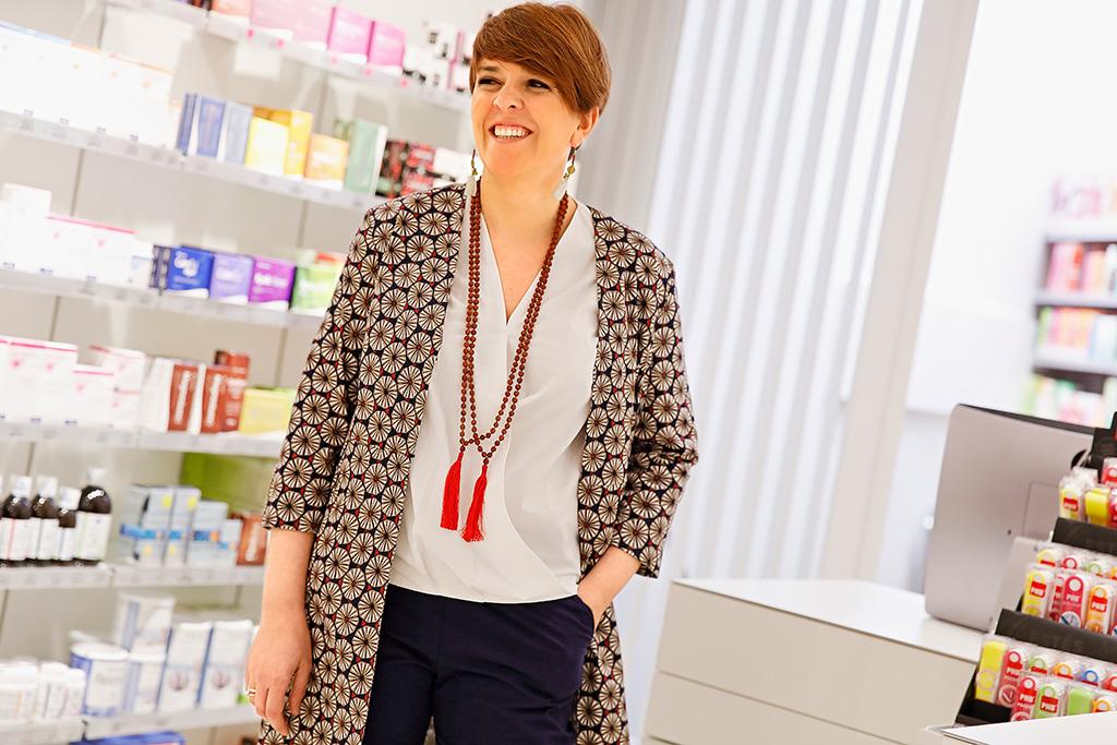 Mónica López de Farmacia Plaza Guipúzcoa, posando para Muselines con prendas de AUKA.