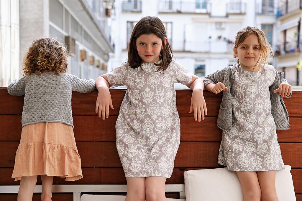Hijas de Mónica López, Farmacia Plaza Guipúzcoa posando para Muselines con prendas de AUKA.