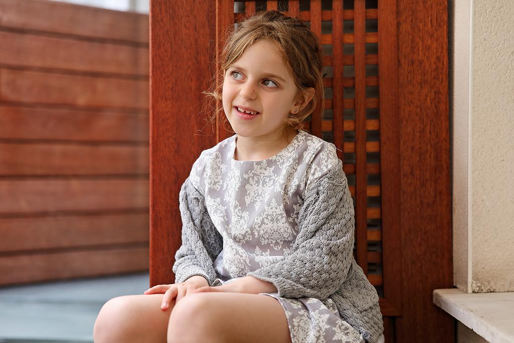 Hija de Mónica López, Farmacia Plaza Guipúzcoa posando para Muselines con prendas de AUKA.