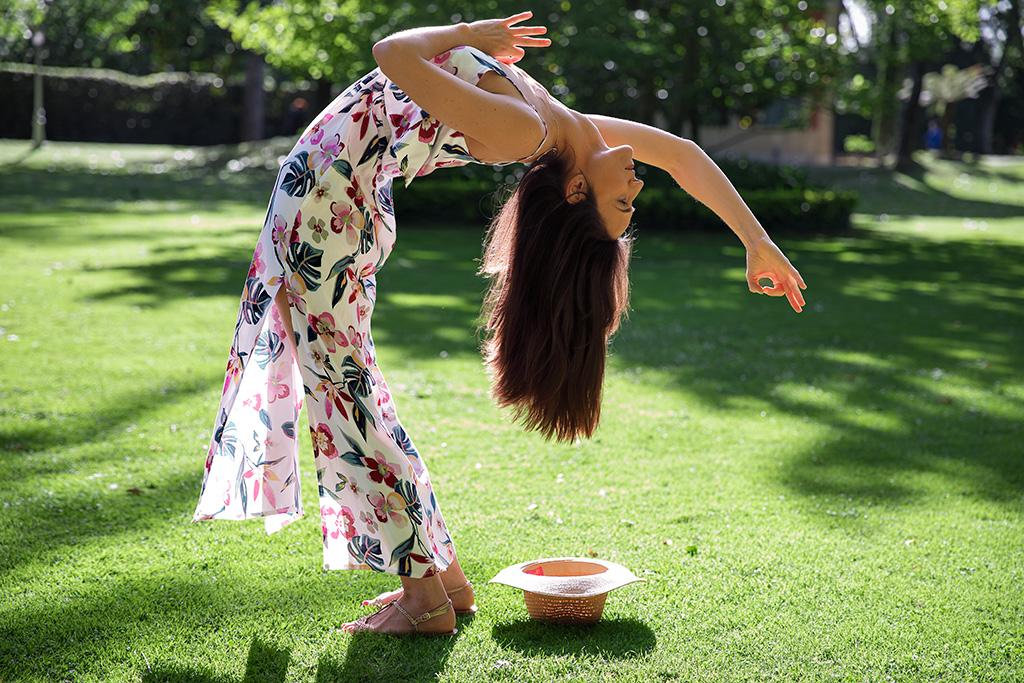 Itziar Almandoz de Yoga Shala posando para Muselines con prendas de Metropolis Platz