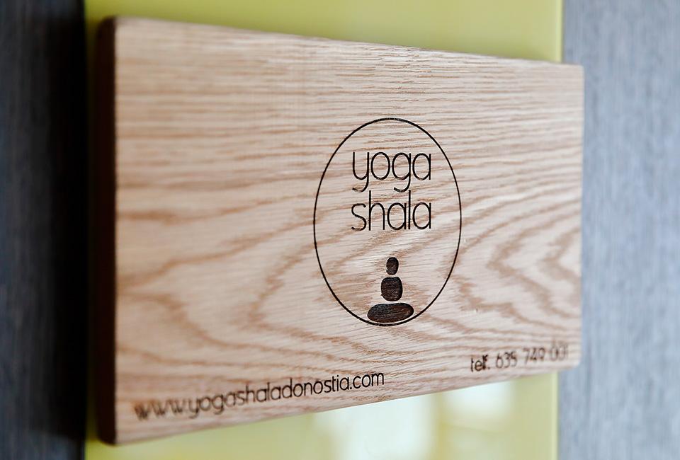 Cartel de madera Yoga Shala