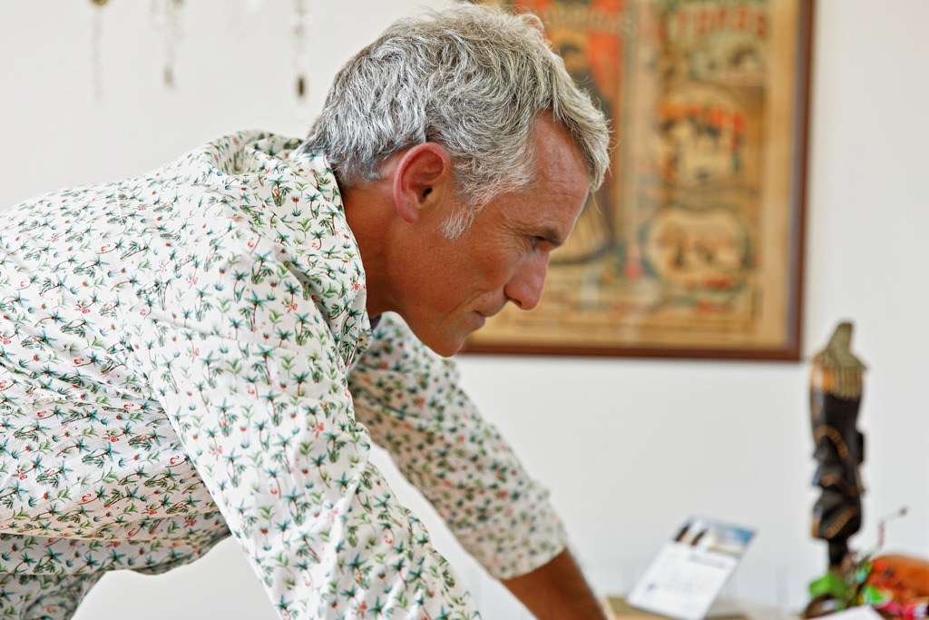 Javier Colomo de AMIGOSOLIDARIOS posando para Muselines con prendas de INDIVIDUAL.