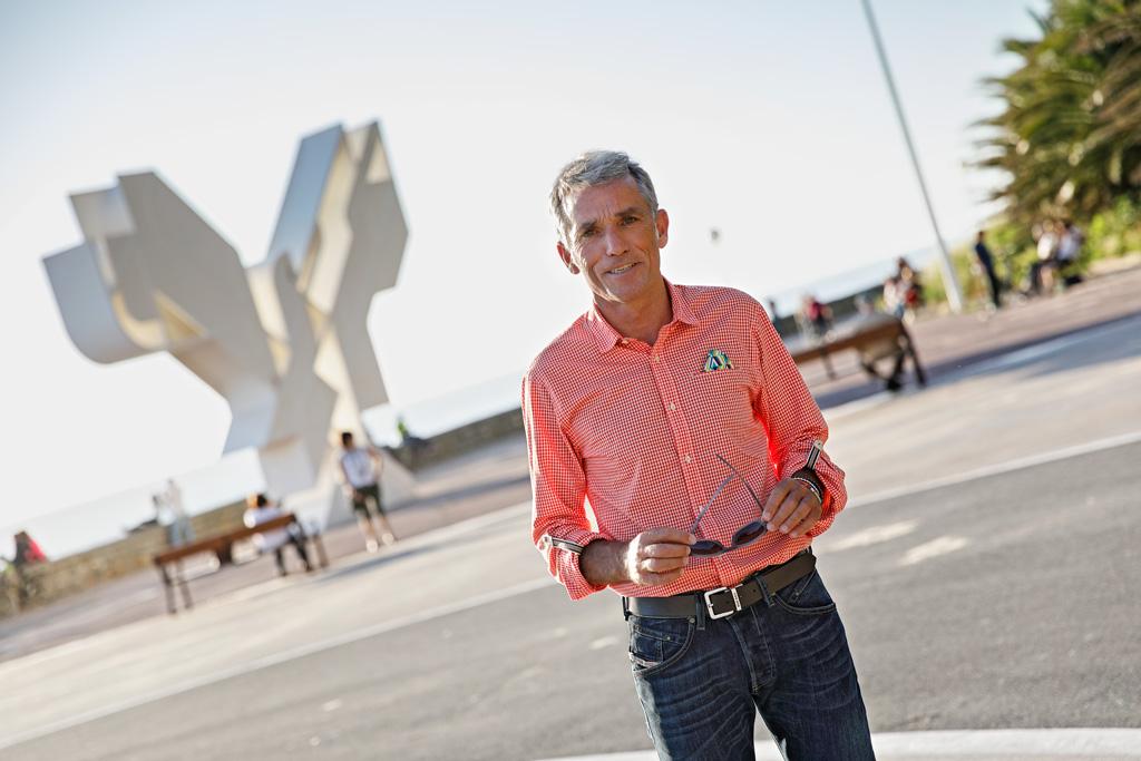 Javier Colomo posando para Muselines en La Zurriola con prendas de INDIVIDUAL.