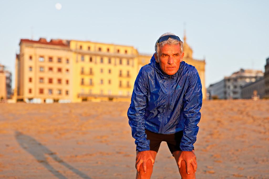 Javier Colomo posando para Muselines en La Zurriola con prendas de la tienda deportiva ROBERS.