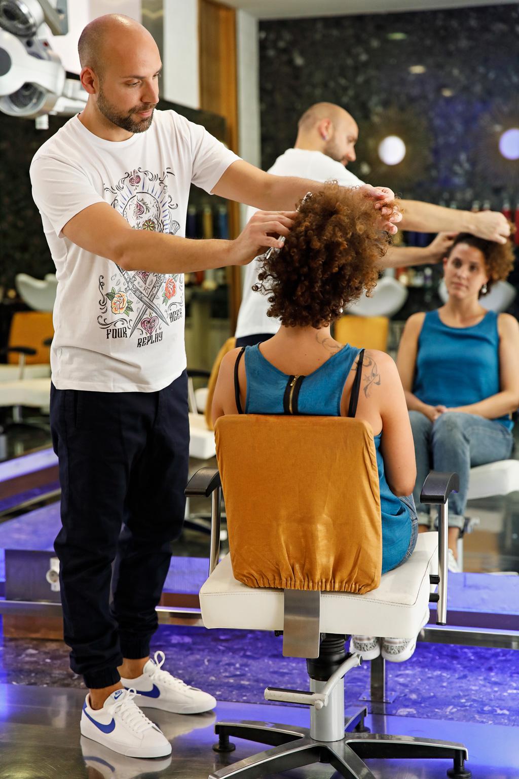 """Aitor de """"Peluquería Aitor"""" posando para Muselines con prendas de Odriozola moda."""