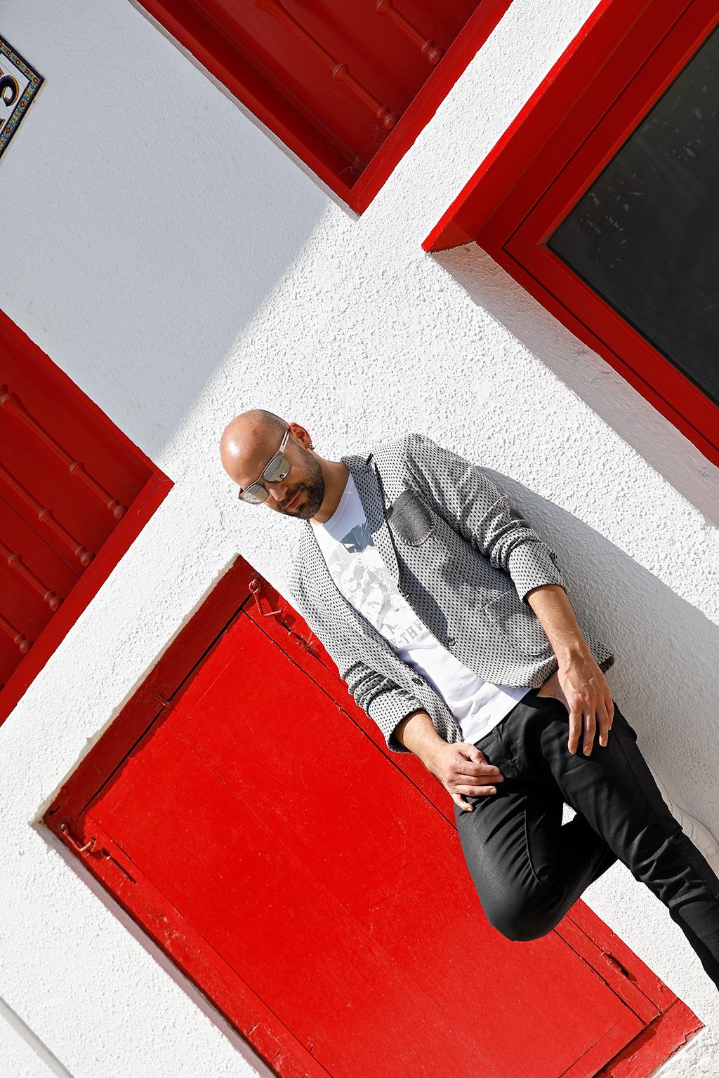 """Aitor de """"Peluquería Aitor"""" posando para Muselines con prendas de Odriozola moda y gafas de Iriondo Optika."""